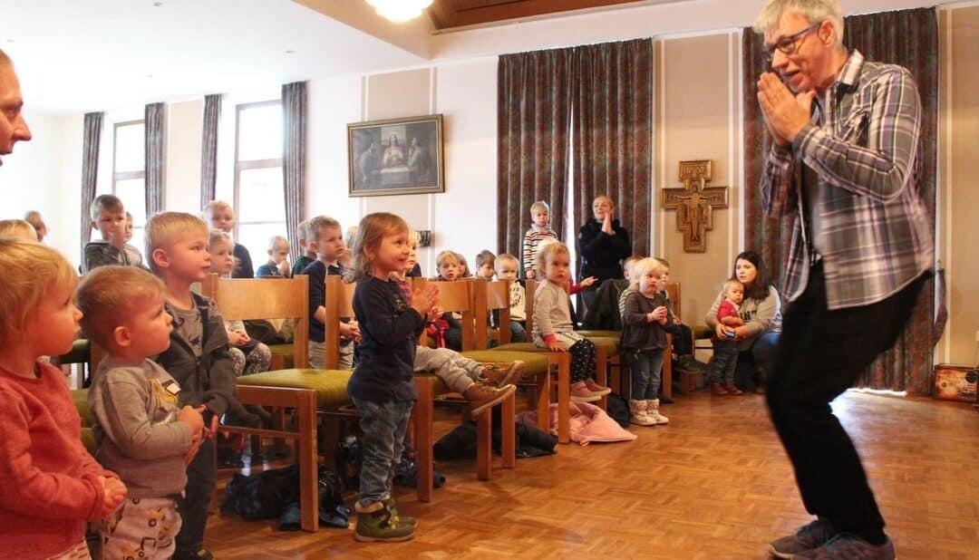 Liedermacher Uwe Lal im Kindergarten Hunteburg